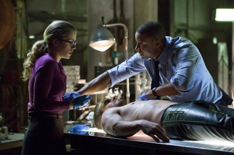 Arrow -Diggle, Felicity, Oliver on med table