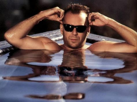 Bruce-in-the-pool-bruce-willis-1413111-1024-768